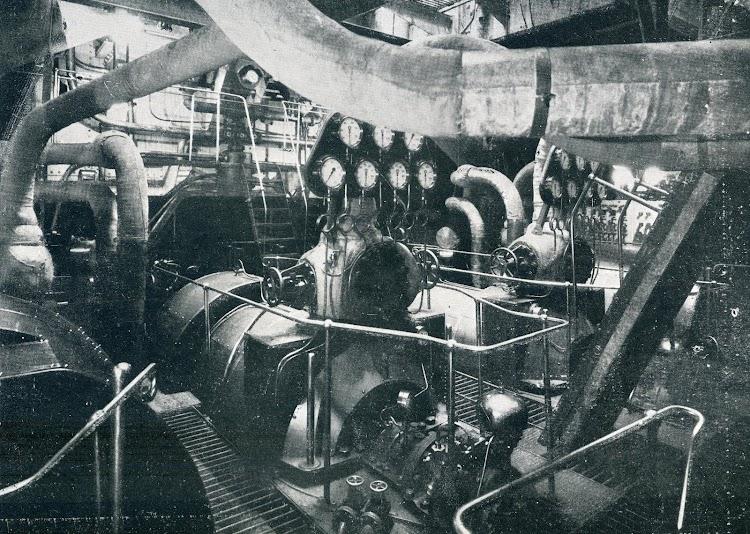 ALFONSO XIII. Cámara de Maquinas. Turbina eje de babor. . Foto del LIBRO DE INFORMACIÓN PARA EL PASAJERO. COMPAÑÍA TRASATLANTICA DE BARCELONA. AÑO 1922.JPG