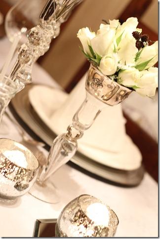 hvitt bord pyntet med sølv, kongler, diamanter og snø  IMG_0744