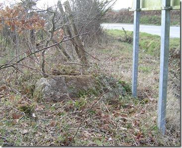 La borne a été déplacée et jetée à terre après l'élargissement du carrefour