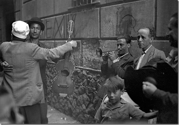 © Federico Patellani, Ballo in strada, Palermo 1947