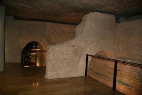 puerta en codo, posiblemente una remodelación de la puerta de al-Hanax construida en el siglo XI una de las cinco puertas que tenía la ciudad, y que se abría en el inicio de la calle de Cavaller. Valencia (España)