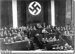 Bundesarchiv_Bild_102-14439,_Rede_Adolf_Hitlers_zum_Ermächtigungsgesetz