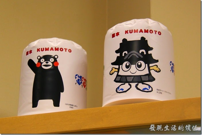 熊本火車站的「觀光案內所」內擺有熊本的吉祥物:「熊本熊(くまモン)」及「熊本城寶寶(ひこまるくん)」