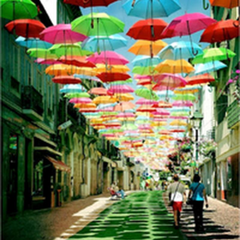Hermoso adorno de sombrillas coloridas adornando la calle