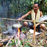 野営地での夕食の準備