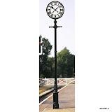 Zegar na słupku wykonany ze stali nierdzewnej i żelaza.