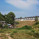写真3 : スクウォッター集落の背後に開発が迫る(Sg. Sebatang)