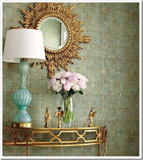 consola dorada lámpara de mesa turquesa figuras doradas espejo sol y ramo peonias