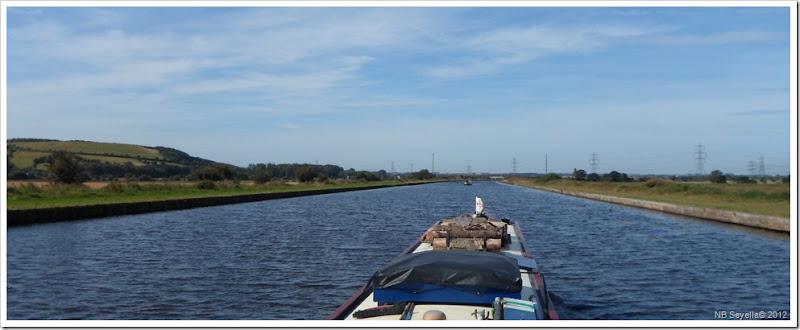 SAM_2929 Small boat, big canal