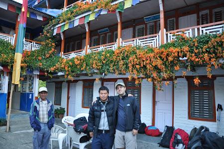 Trekking in Himalaya: Proprietar teahouse Tikhedunga
