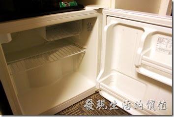 【博多祇園Hotel東名inn】客房內有提供冰箱,裏頭什麼都沒有,想喝飲料樓下FamilyMart買就有了。