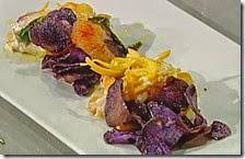 Involtini di spada con arance e chips di patate viola