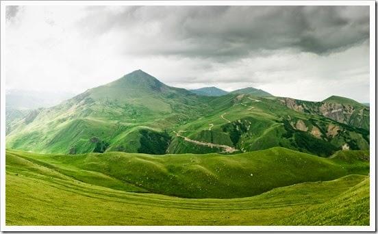 gris-nubes-y-monta%25C3%25B1as-verdes-wallpapers_40079_2560x1600