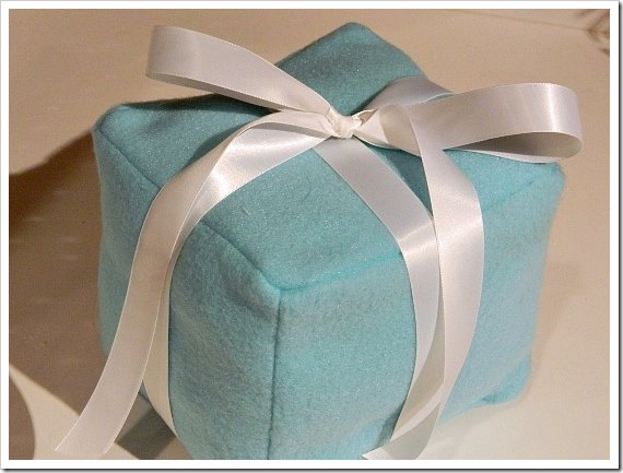 Present Pillow Tiffany Box Kitchen(550x413) (2)