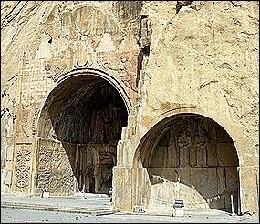 Vue générale des grottes de Taq-e Bostan