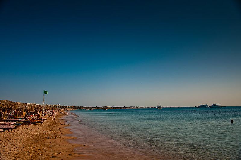 Отель Caribean World Resort Soma Bay. Хургада. Египет. Пляж. Достаточно чистый и у нас оказался песчаный - безо всяких кораллов. Достаточно мелкий.