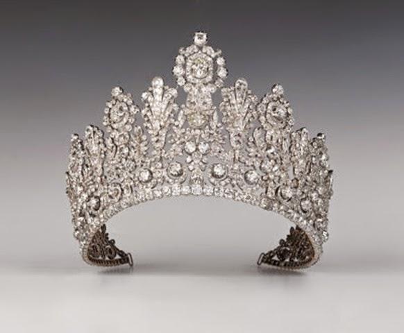 Conocida también como la Tiara Rusa  es una pieza de gran tamaño con adornos florales clásicos.