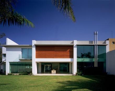 Una casa moderna con materiales nobles que genera un - Materiales para fachadas exteriores ...