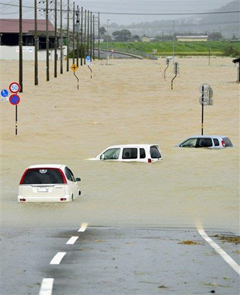 Cars are submerged in water as the area is flooded by torrential rains caused by powerful Typhoon Man-yi in Obama, Fukui Prefecture, western Japan, 16 September 2013. Photo: Associated Press