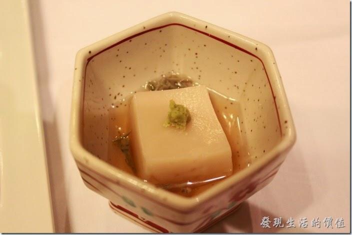 日本北九州-由布院-彩岳館。1.小鉢─胡麻豆腐。第一道菜「小鉢」就是開胃菜的意思,這豆腐上面用芥末稍為點綴了一搓綠色,吃日本料理的享受舊是不只要講求食物的精緻,還得好看。
