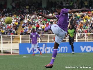 Un joueur de Don Bosco (en culotte blanche) dégage son camp lors du match contre AS V-Club (vert-noire) le 16/10/2011 au stade des Martyrs à Kinshasa. Radio Okapi/ Ph. John Bompengo.
