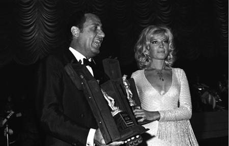 Monica Vitti e Alberto Sordi con il David di Donatello al Festival di Taormina il 2 agosto del 1969. Sordi è stato premiato per il film Il medico della mutua e la Vitti per La ragazza con la pistola