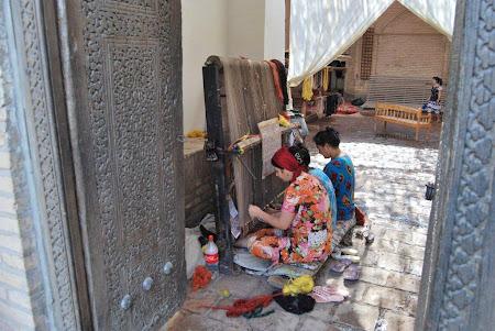 Femei tesand covoare in Uzbekistan