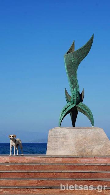 """Τέλειο """"γαβ γαβ"""" στο μνημείο της Εθνικής Αντίστασης στη νότια πλευρά του λιμανιού της Χίου."""