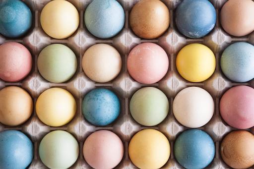 Eier mit Naturfarbe und Lebensmitteln färben