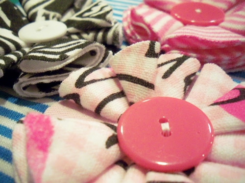 Flor de tecido com botão