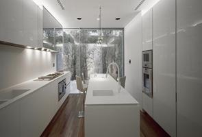 Cocina blanca y minimalista