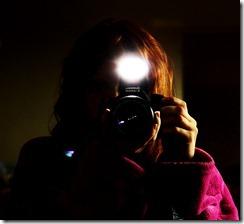 Mulher se fotografando em um espelho