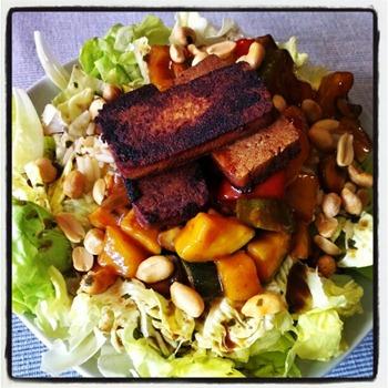 5 Süß-saure Gemüsepfanne mit Reis und Tofu auf Salat