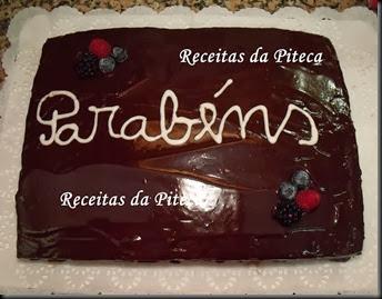 Bolo de aniversário de chocolate com frutos silvestres