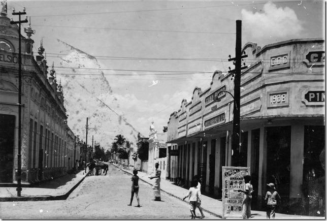 Do lado esquerdo a Loja Excelsior e do lado direito a Casa Pinto, Rua Cel. Izácio.