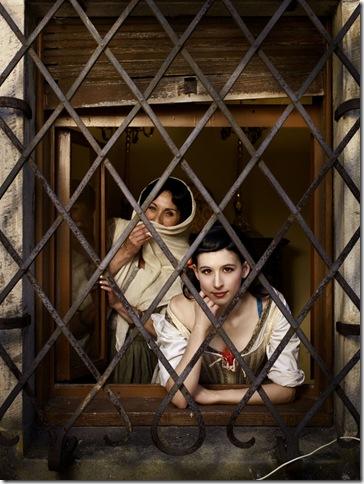 Erwin Olaf - Dos Mujeres en la Ventana759 (2)