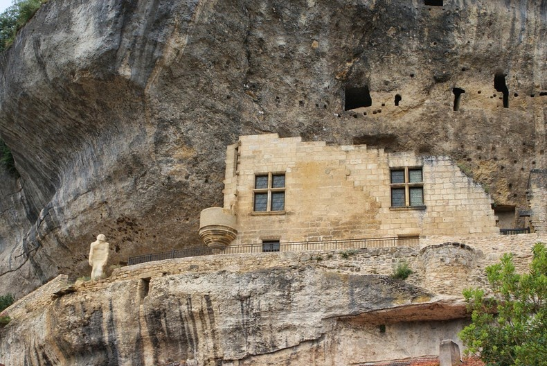 Troglodyte houses and caves of les eyzies de tayac for Architecture troglodyte