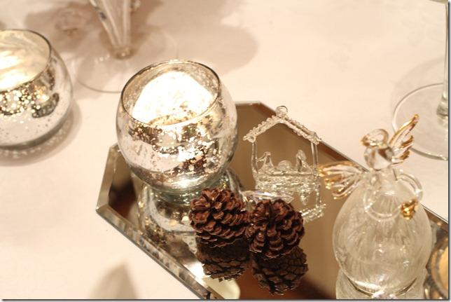 hvitt bord pyntet med sølv, kongler, diamanter og snø  IMG_0782