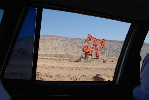 Route de Turfan - Puit de pétrole par fenêtre
