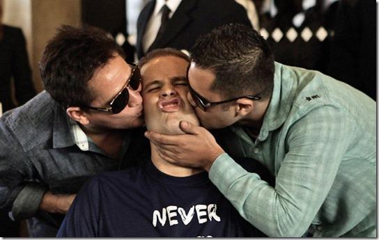 Pedro ganha beijo do pai e do primo ao deixar o hospital nesta segunda (9). (Foto: Caio Kenji/G1)