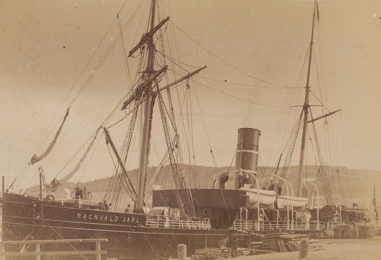 Ca 1893. Fotografo Jørgen Wickstrøm. Otra vista del RAGNVALD JARL. Trondheim byarkiv. Ref Tor.H40.B24.F1623.jpg