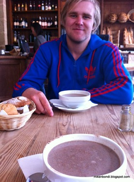 Gustav, hot cholocate and muffins