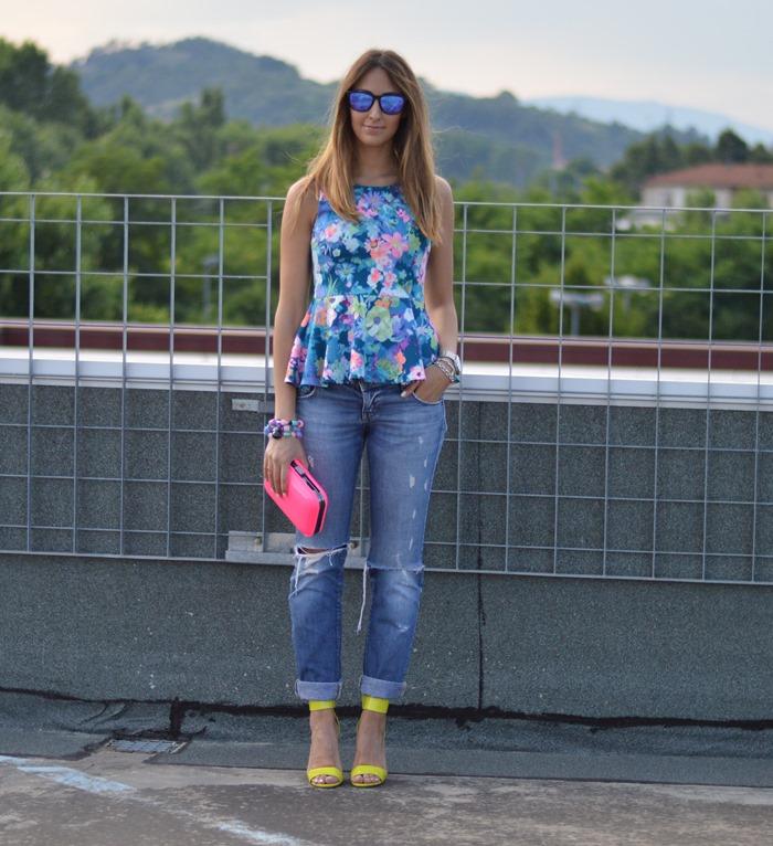 peplum, floral peplum, zara clutch, zara bag, H&M sandals, H&M shoes, neon bag, neon clutch, fluo, fluo bag, oakely sunglasses, occhiali da sole specchiati, occhiali specchiati oakley