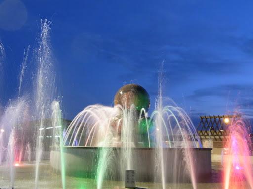 花蓮は大理石の街。噴水の真ん中で大理石のボールが回ってます