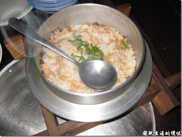 台北-魯旦川鍋。烤筍鍋巴飯:竹筍炒過以後再和半生半熟的米飯一起烤,建議你一定要把鍋子旁邊的鍋巴挖出來吃看看,真的很好吃,至於米飯,就還好啦!