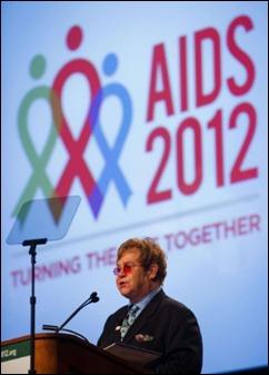 O cantor e compositor Elton John fala no segundo dia da conferência, que deve contar com mais de 25 mil pessoas em Washington. (foto: AFP/Jim Watson)