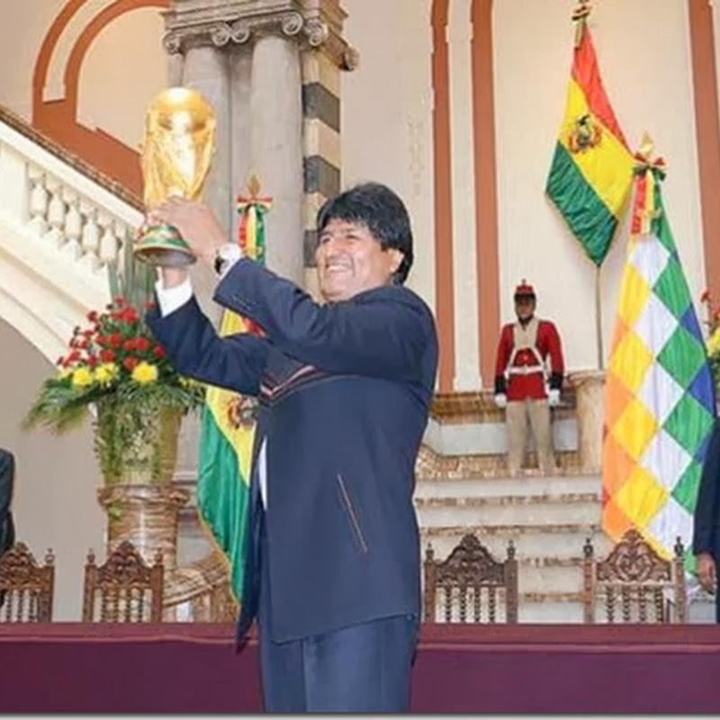 La Copa Mundial de Fútbol de la FIFA llega a Bolivia y Evo Morales fue el único boliviano que pudo levantarla