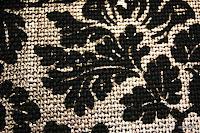 Tkanina metaliczna meblowa. Złota, w czarne kwiaty.
