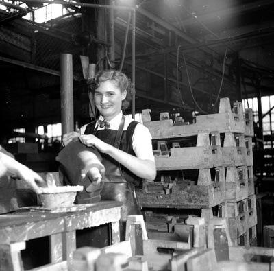 Femme travaillant en fonderie pendant la seconde guerre mondiale