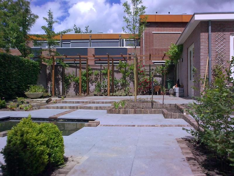 Aanleggen tuincoach de 4 seizoenen - Aangelegde tuin met kiezelstenen ...